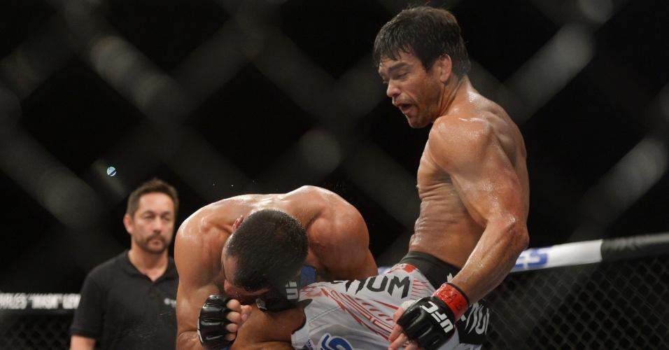 16.fev.2014 - Lyoto Machida acerta joelhada em Gegard Mousasi; brasileiro venceu por pontos no UFC Jaraguá