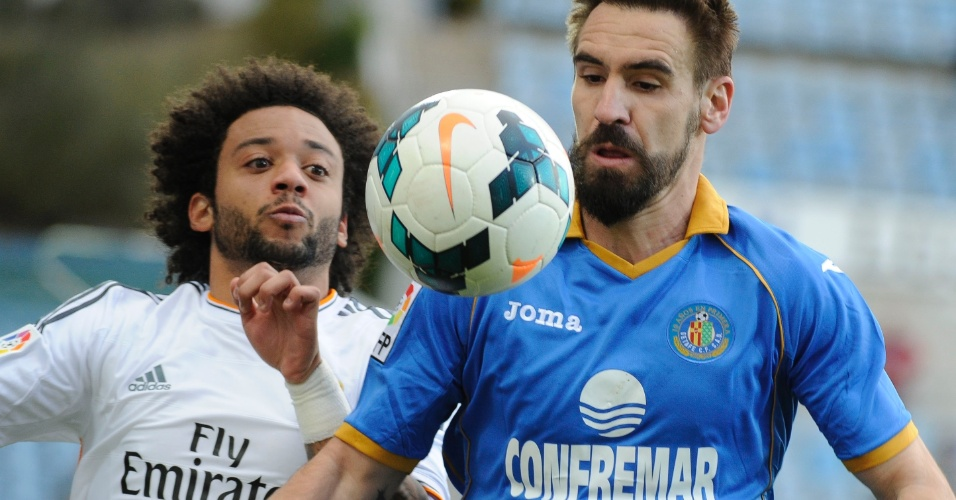 16fev2014 - Marcelo disputa bola com Borja Fernandez. Real Madrid vence u o Getafe por 3 a 0