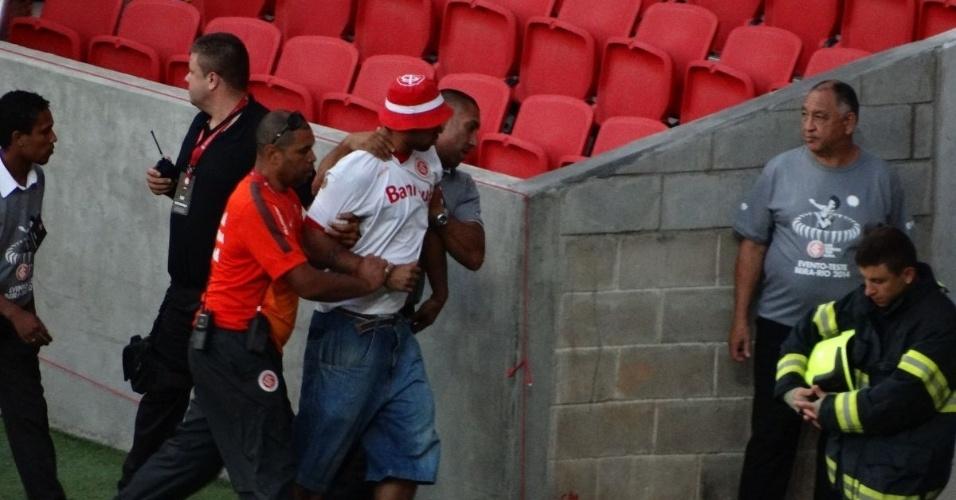16.fev.2014 - Torcedor do Inter é retirado após bate-boca e confusão por se recusar a sentar