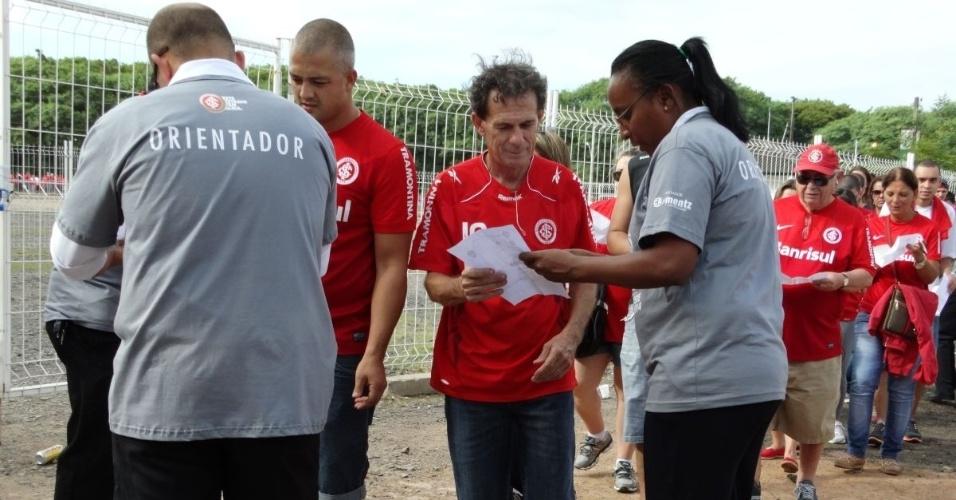 16.fev.2014 - Torcedores do Inter apresentam voucher para acompanhar jogo-teste