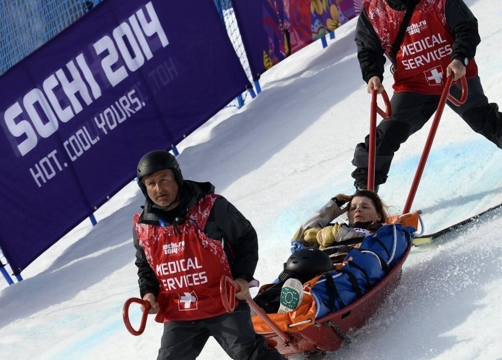 Americana Jacqueline Hernandez se desequilibrou no snowboard e precisou de um trenó