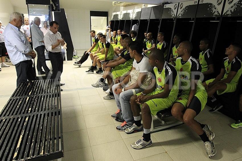 06 jan. 2014 - Rodrigo Caetano e Roberto Dinamite falam com os jogadores do Vasco durante a pré-temporada