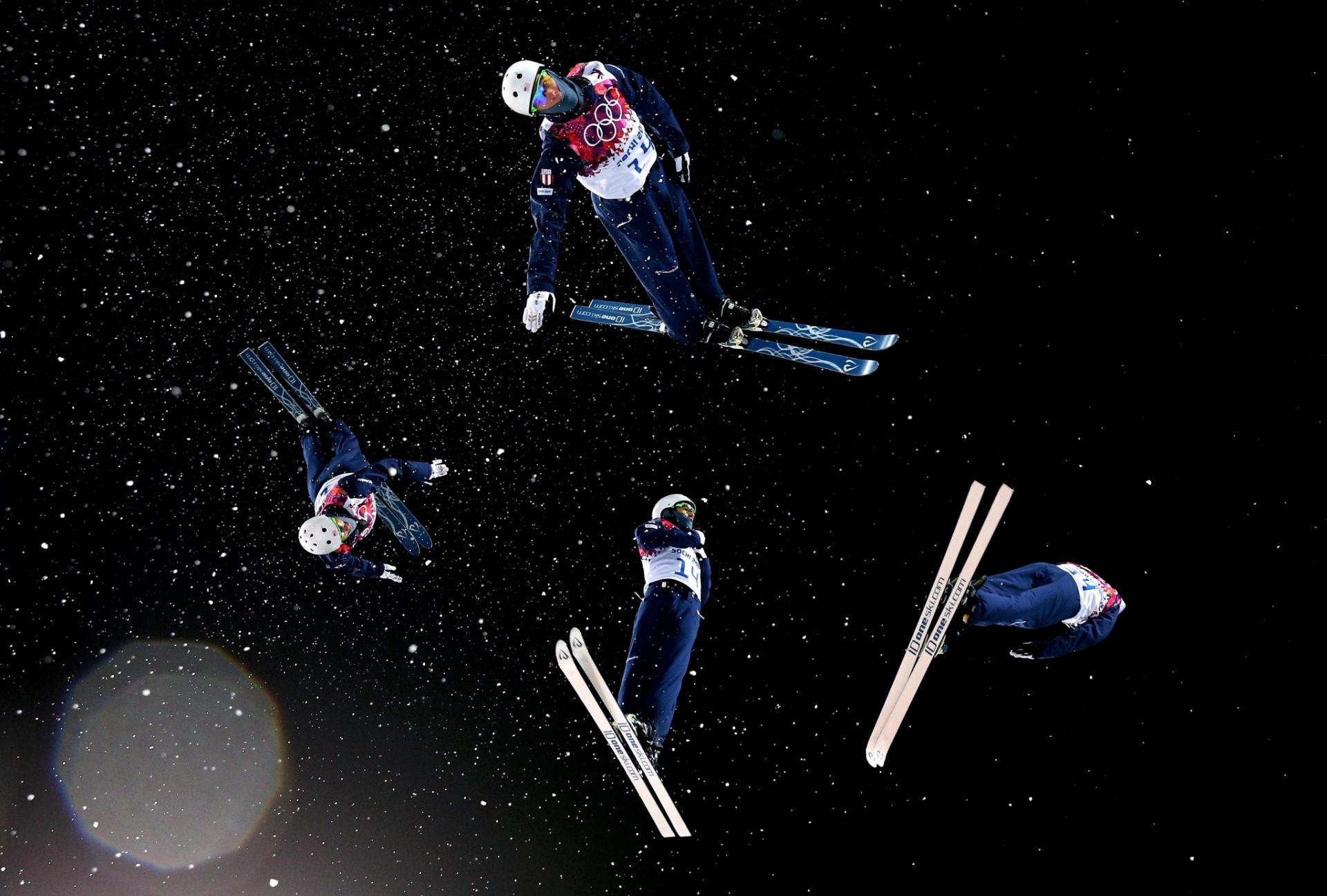 17.02.14 - Montagem mostra diversos movimentos do americano Mac Bohonnon na final do esqui aerials nesta segunda-feira