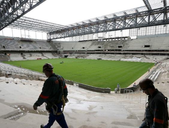 17.fev.2014 - Cerca de 1.250 operários trabalham para evitar que Arena da Baixada seja excluída da Copa do Mundo