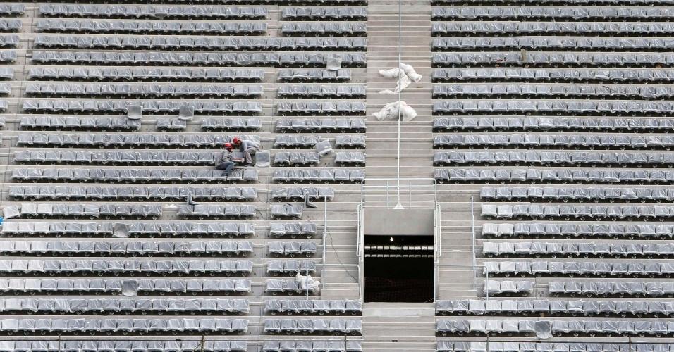 17.fev.2014 - Cerca de 28 mil cadeiras ainda precisam ser instaladas no estádio de Curitiba para receber jogos da Copa