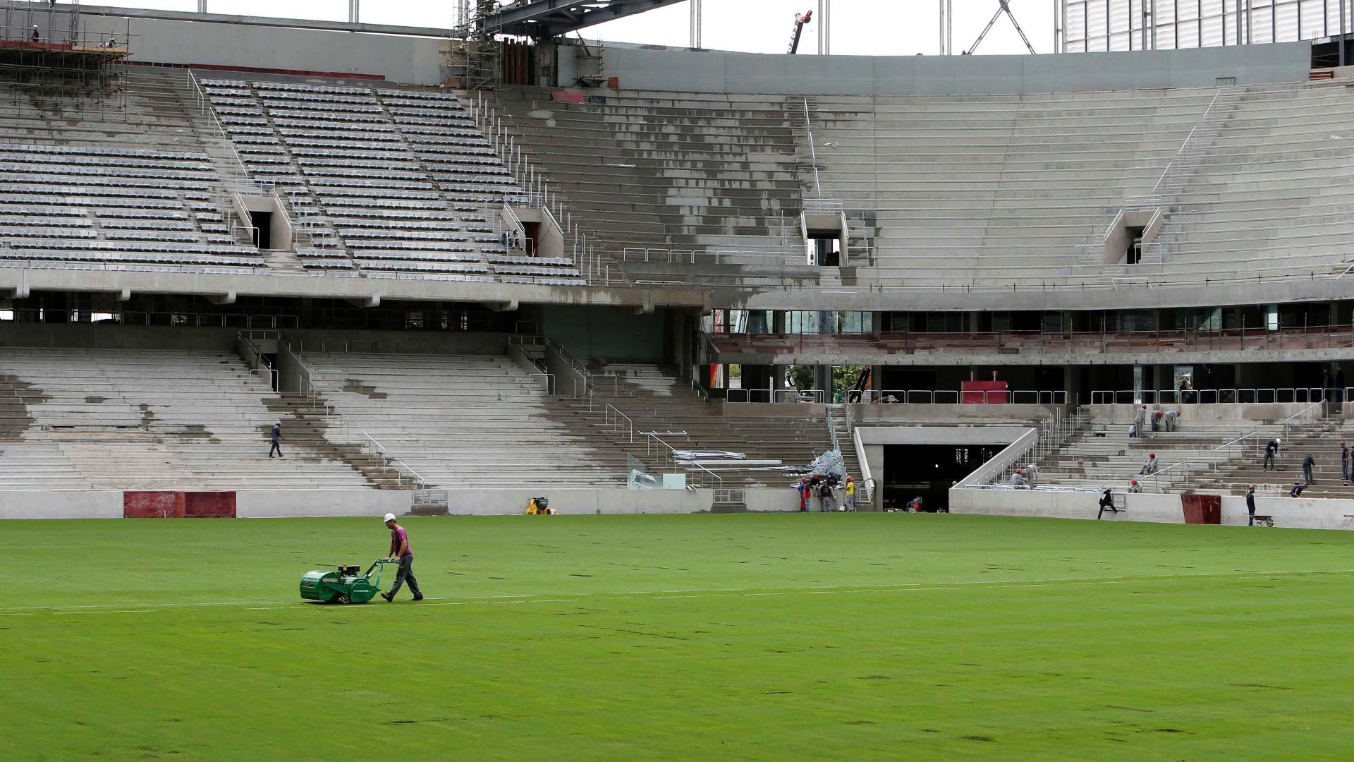 17.fev.2014 - Gramado da Arena da Baixada foi plantado em 31 de janeiro e passa por manutenção