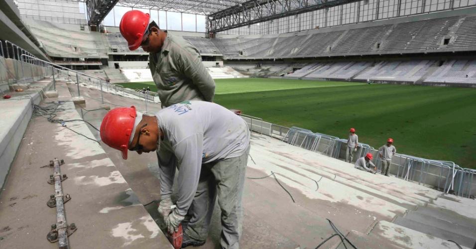17.fev.2014 - Operário faz preparação para instalar cadeiras na Arena da Baixada