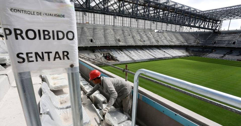 17.fev.2014 - Operários trabalham na instalação de cadeiras. Atlético-PR diz que instalou 15 mil assentos, cerca de 35% do total de 43 mil