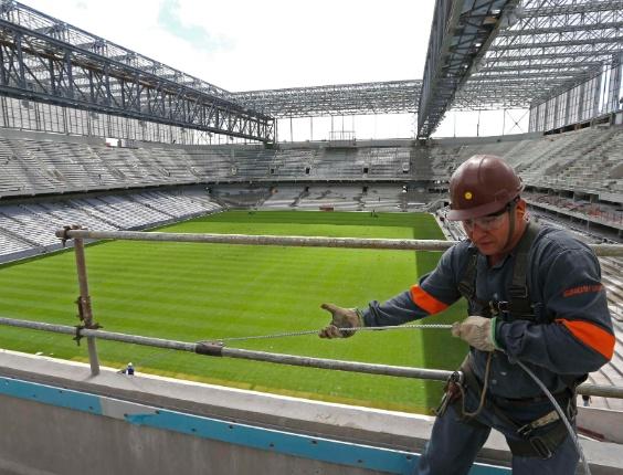 17.fev.2014 - Operários trabalham para evitar novos atrasos na reforma da Arena da Baixada