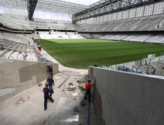 17.fev.2014 - Vista panorâmica da Arena da Baixada mostra obras em andamento