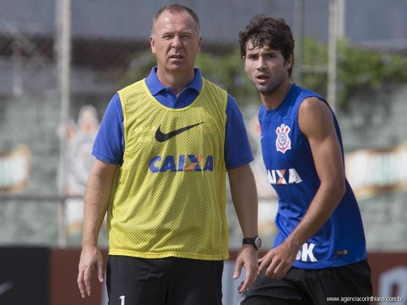 Felipe, zagueiro do Corinthians, treina sob o comando de Mano Menezes no CT Joaquim Grava
