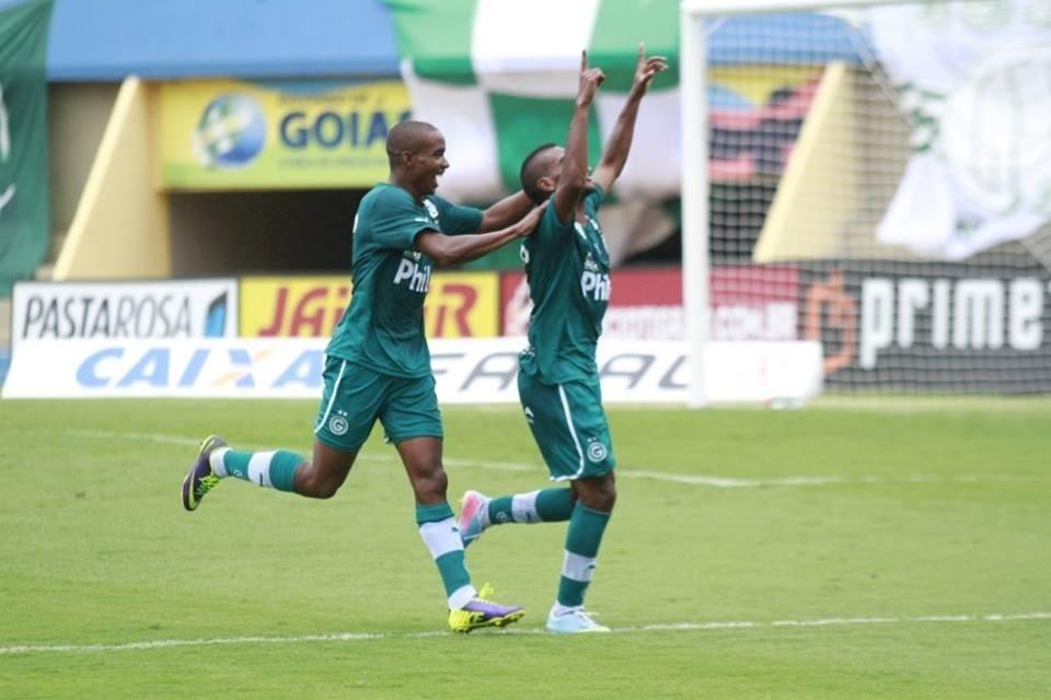 Jogadores do Goiás comemoram gol em vitória sobre o Vila Nova-GO (15/02/2014)