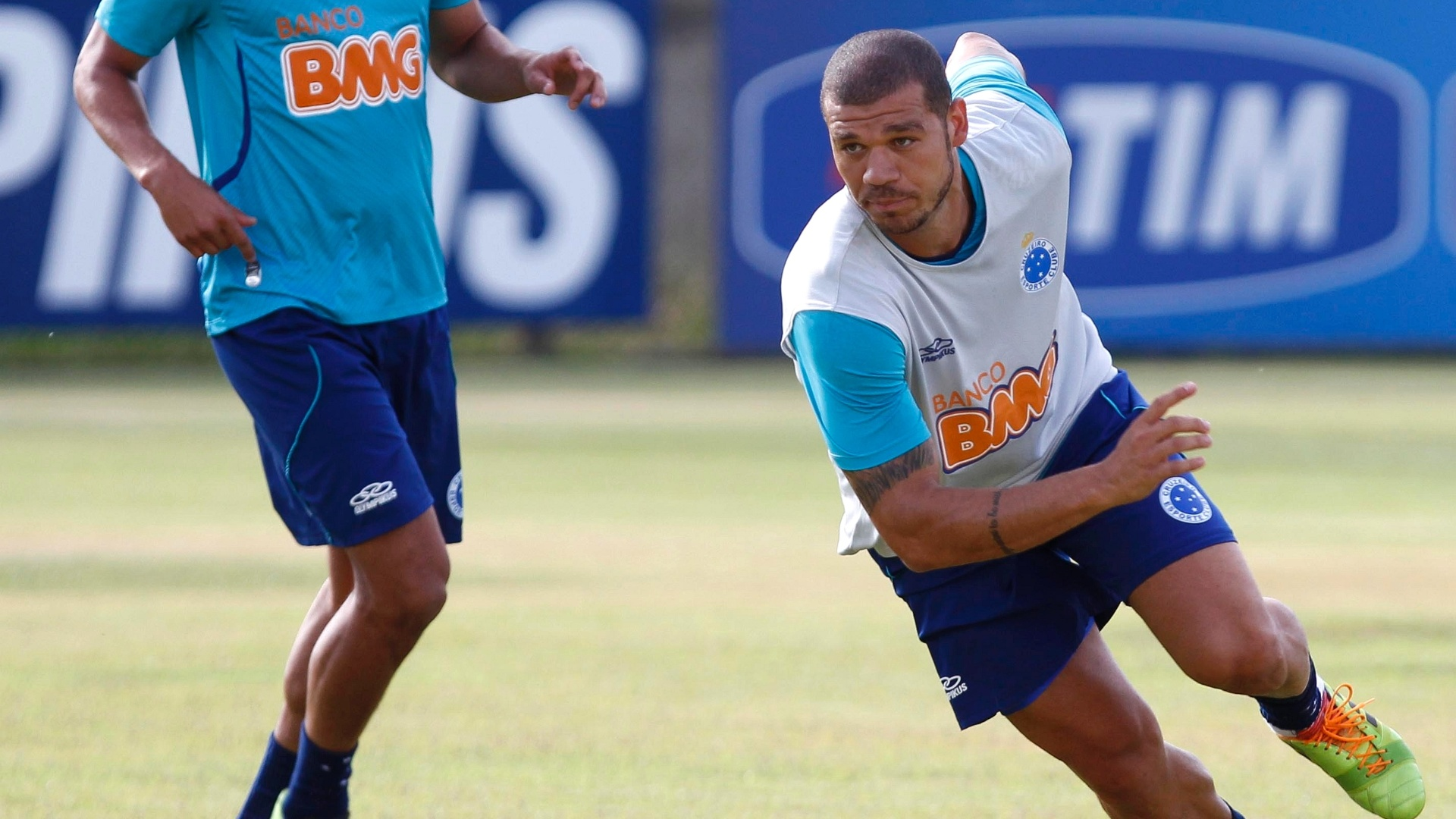 14 fev. 2014 - Volante Nilton durante treino do Cruzeiro na Toca da Raposa II