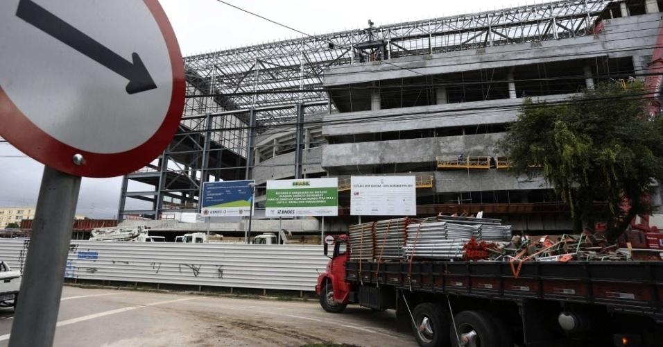 18. fev. 2014 - A vista do que será a parte da frente da Arena da Baixada cheia de escombros por conta do ritmo intenso dos funcionários da obra
