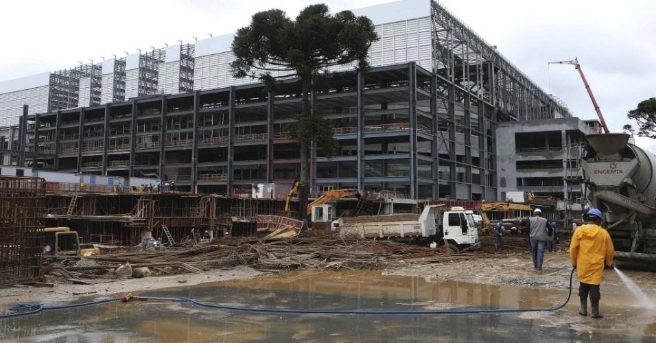 18. fev. 2014 - Funcionários trabalham nas obras da Arena da Baixada pouco antes da Fifa anunciar que o estádio continua na Copa