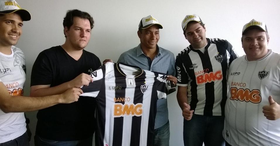 18 fev 2014 - Homenageado por um grupo de torcedores do Atlético-MG, Gilberto Silva admite que esperava ter seguido no alvinegro