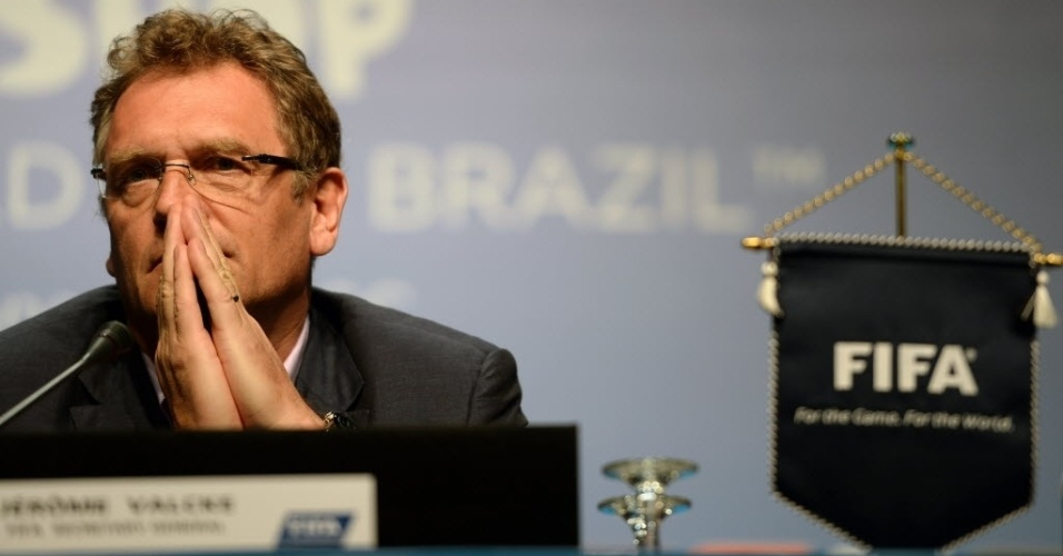 18. fev. 2014 - Jérôme Valcke, secretário-geral da Fifa em sua chegada à coletiva de imprensa, em Florianópolis