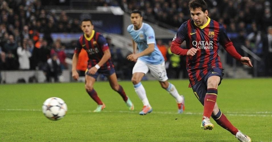 18.fev.2014 - Após sofrer pênalti, Messi cobra no meio e abre o placar para o Barcelona contra o Manchester City, pela Liga dos Campeões
