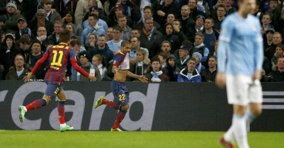 18.fev.2014 - Daniel Alves comemora com Neymar após marcar o segundo do Barcelona sobre o City na vitória por 2 a 0, pela Liga dos Campeões