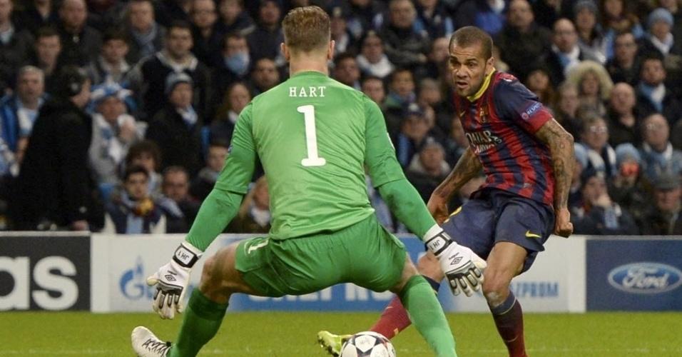 18.fev.2014 - Daniel Alves marca o segundo do Barcelona na vitória por 2 a 0 sobre o Manchester City, pela Liga dos Campeões da Europa
