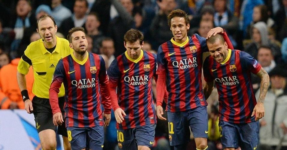 18.fev.2014 - Depois de marcar o segundo gol do Barcelona, Daniel Alves comemora com Neymar, Messi e Jordi Alba. O time catalão venceu o Manchester City por 2 a 0, pelas oitavas de final da Liga dos Campeões da Europa