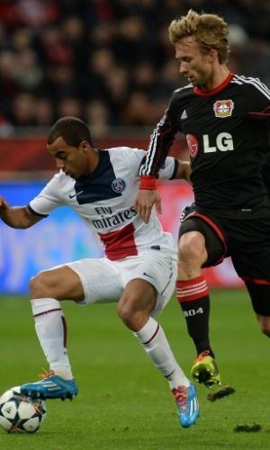 18.fev.2014 - Lucas tenta escapar da marcação de Rolfes na partida do PSG contra o Leverkusen, pela Liga dos Campeões