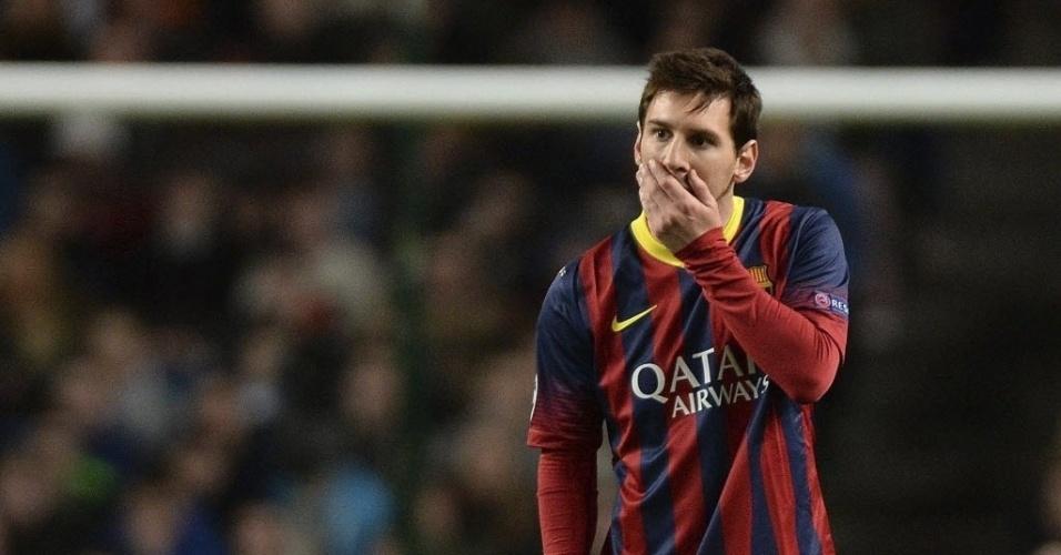 18.fev.2014 - Messi lamenta jogada perdida do Barcelona jogo contra o Manchester City, pelas oitavas de final da Liga dos Campeões