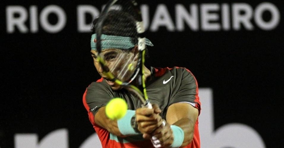 18.fev.2014 - Nadal arrisca golpe durante sua estreia no Rio Open