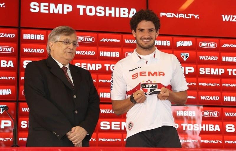 18.fev.2014 - Vice de futebol João Paulo de Jesus Lopes apresenta Alexandre Pato no São Paulo