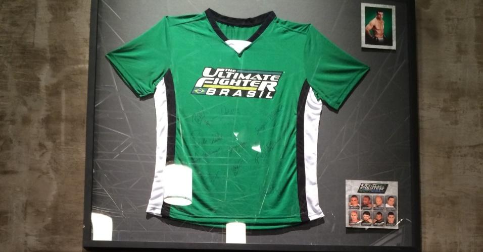 Camisas do TUF Brasil aparecem nas paredes da academia