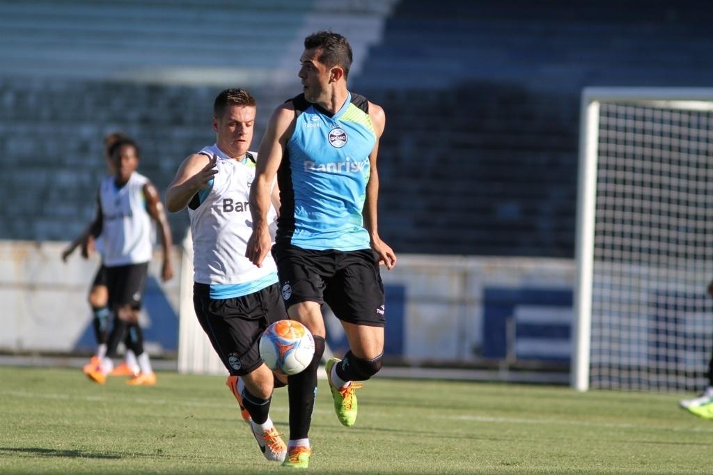 Zagueiro Rhodolfo e volante Ramiro em treino do Grêmio no Olímpico (17/02/2013)