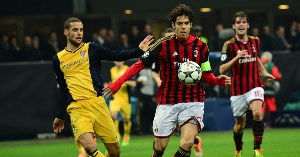 19.fev.2014 - Capitão do Milan, Kaká avança com a bola em jogo contra o Atlético de Madri, pelas oitavas de final da Liga dos Campeões da Europa