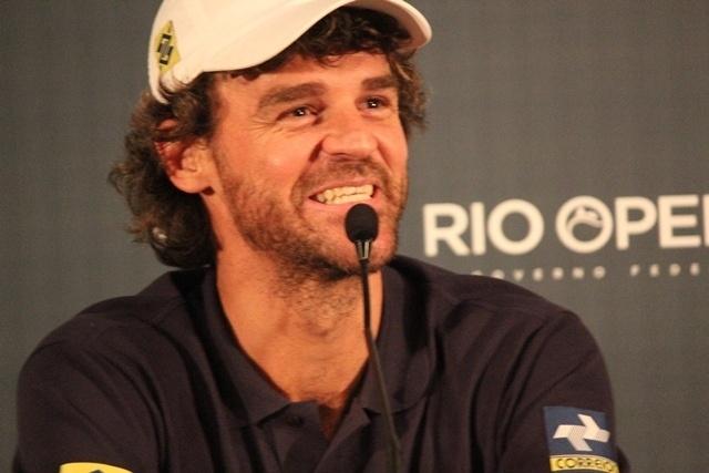 19.fev.2014 - Guga conversa com a imprensa durante coletiva no Aberto do Rio, no Jockey Club