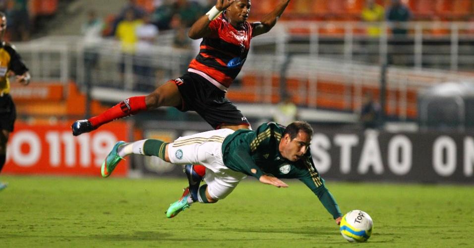 19.fev.2014 - Meia Bruno Cesar cai após sofrer a carga na sua estreia pelo Palmeiras contra o Ituano