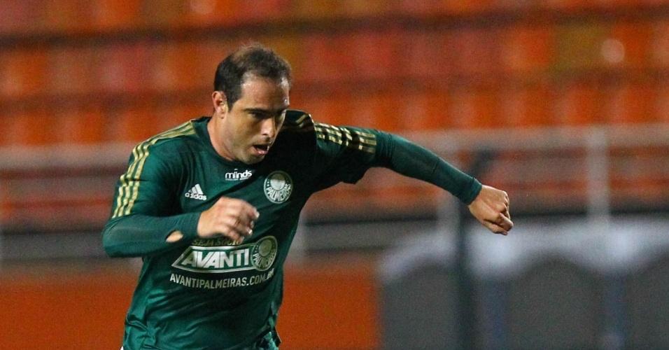 19.fev.2014 - Meia Bruno Cesar carrega a bola na sua estreia pelo Palmeiras contra o Ituano