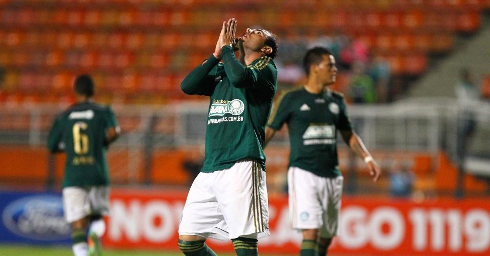 19.fev.2014 - Meia Bruno Cesar lamenta chance desperdiçada na sua estreia pelo Palmeiras contra o Ituano