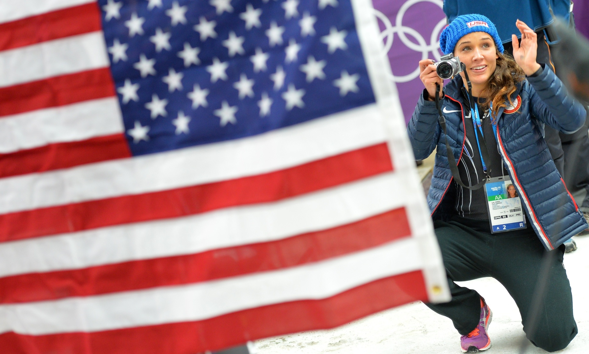 19.fev.2014 - Norte-americana Lolo Jones tira fotos das compatriotas no pódio do bobsled de duplas feminino