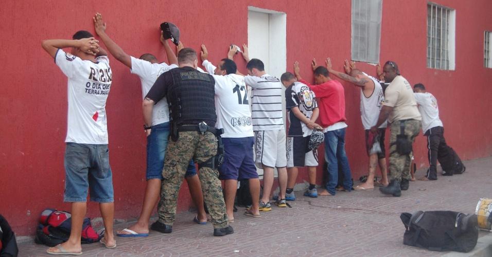 20.fev.2014 - A Polícia Civil de São Paulo deteve na manhã desta quinta-feira (20) ao menos dez torcedores suspeitos da invasão do Centro de Treinamento do Corinthians, ocorrida no início do mês. Nove dos suspeitos foram levados à sede do Departamento de Homicídios e Proteção à Pessoa (DHPP) para averiguação e um deles foi preso e algemado por porte de arma, um revólver calibre 38.