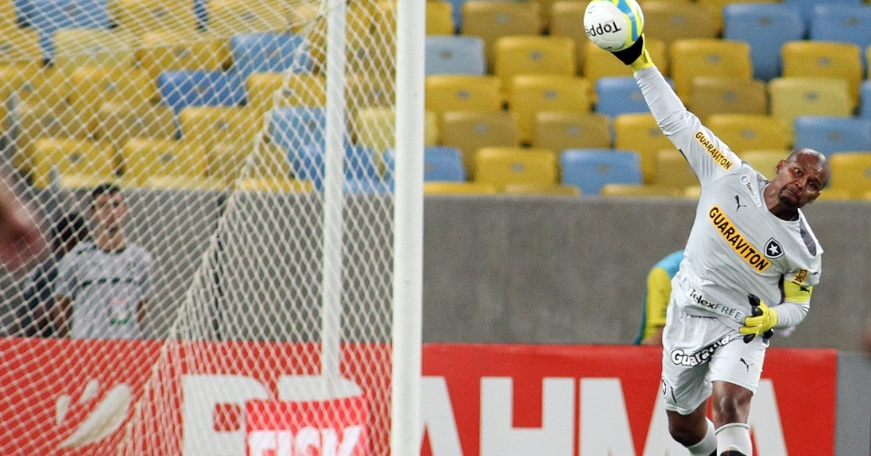 20.fev.2014 - Goleiro Jefferson faz a reposição de bola em lance da partida do Botafogo contra o Volta Redonda pelo Campeonato Carioca