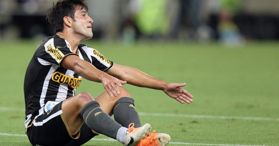 20.fev.2014 - Lodeiro, do Botafogo, fica no chão em lance da partida contra o Volta Redonda pelo Campeonato Carioca