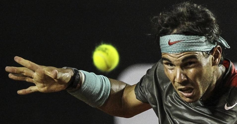20.fev.2014 - Rafael Nadal, focado na bola, durante o duelo com Albert Montañes no Rio
