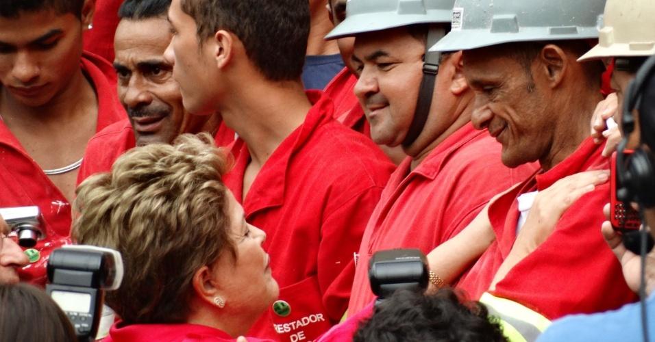 20.fev.2014 - Dilma Rousseff conversa com os operários da obra durante inauguração do estádio Beira-Rio