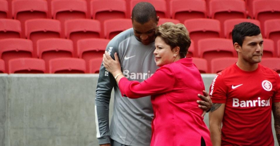 20.fev.2014 - Dilma Rousseff abraça o goleiro Dida durante a inauguração do estádio Beira-Rio, em Porto Alegre