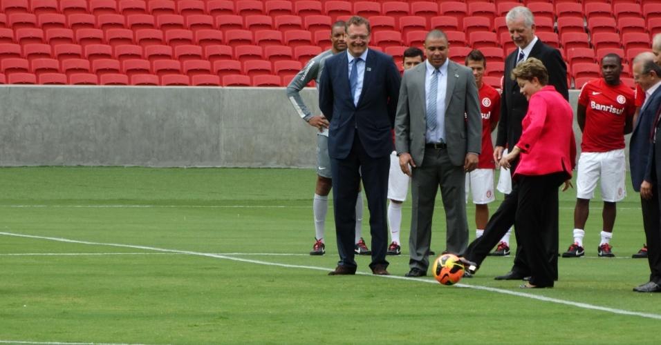 """20.fev.2014 - Dilma Rousseff dá o """"pontapé inicial"""" da inauguração do estádio Beira-Rio"""