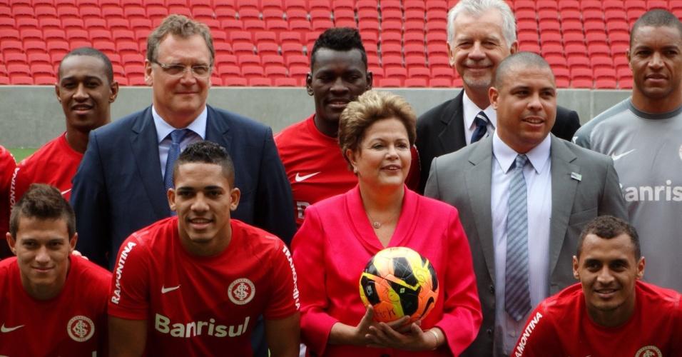 20.fev.2014 - Jérôme Valcke, Dilma Rousseff e Ronaldo Fenômeno posam para foto com jogadores do Internacional durante inauguração do Beira-Rio