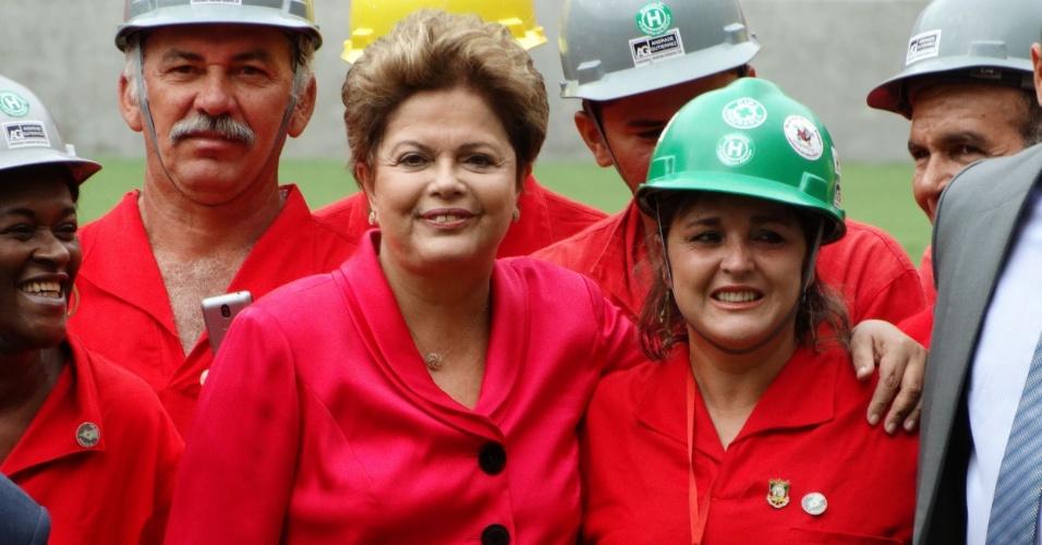 20.fev.2014 - Dilma Rousseff abraça operária durante inauguração do estádio Beira-Rio