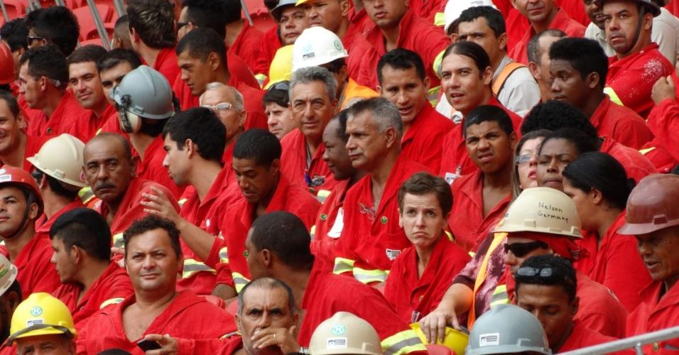 20.fev.2014 - Operários sentam nas arquibancadas do estádio Beira-Rio durante inauguração feita pela presidente Dilma Rousseff