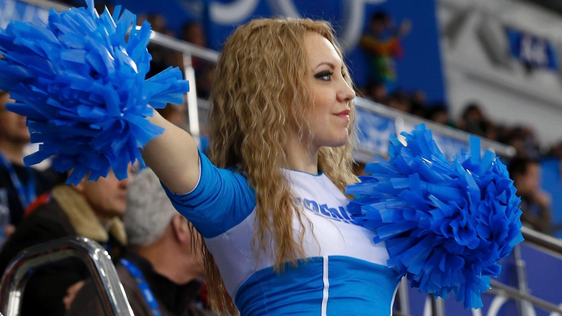 08.02.14 - Cheerleader se apresenta na partida entre Estados Unidos e Finlândia no hóquei no gelo feminino