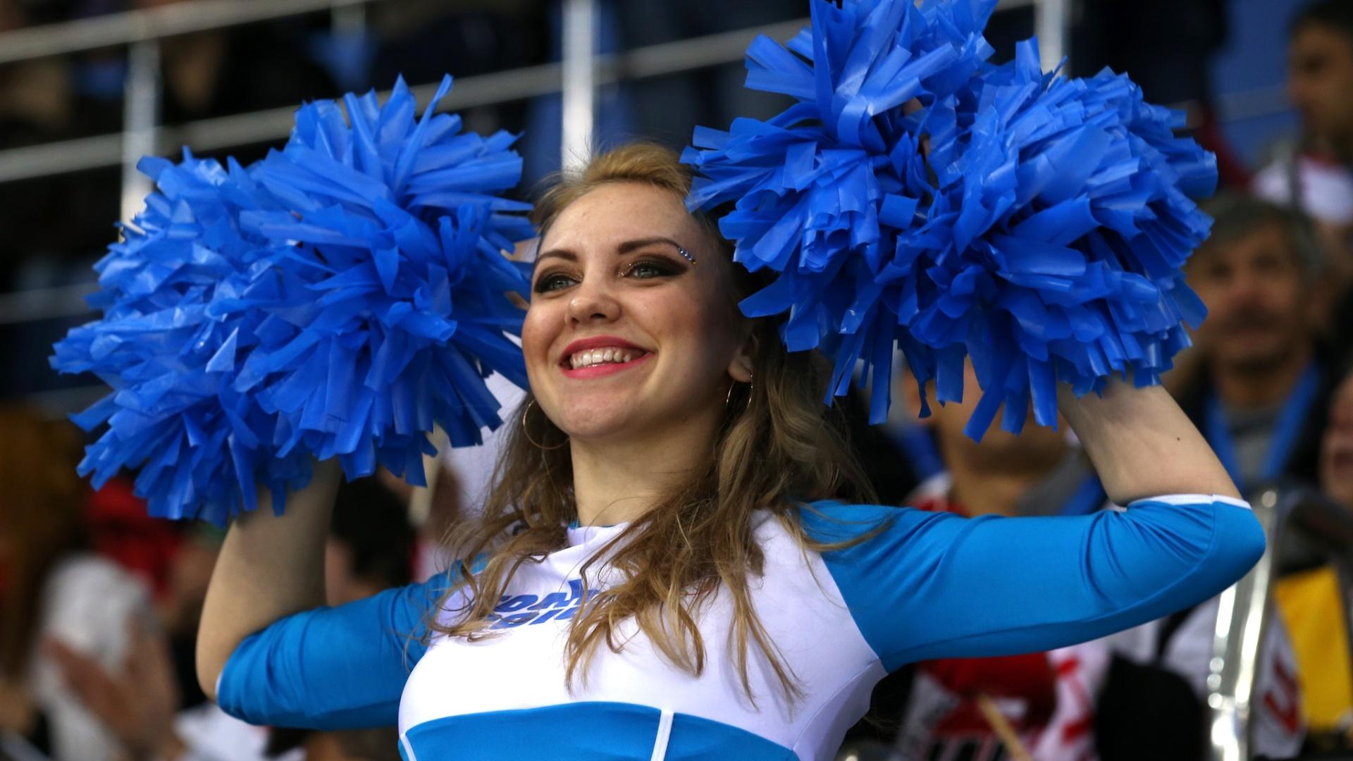 09.02.14 - Cheerleader se apresenta em jogo do hóquei no gelo feminino em Sochi