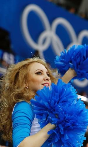 09.02.14 - Cheerleader se apresenta na partida entre Suécia e Japão no hóquei no gelo feminino